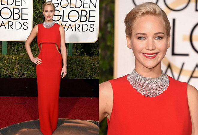 2016 Altın Küre ödül töreninde kırmızı ve sade elbise modeliyle Jennifer Lawrence.