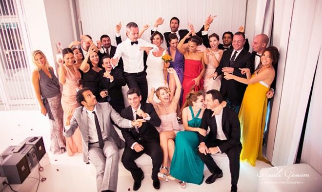 2_arkadaslar_dugun_foto - Düğünün en eğlenceli fotoğrafı arkadaşlarla olanı