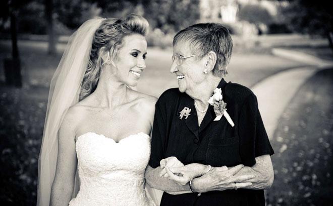 4_aile_buyukleri_fotoda - Aile büyüklerinizle birlikte çektirebileceğiniz düğün pozları