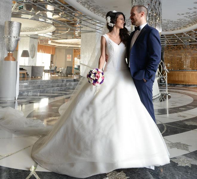 5 - Düğün mekanı otelin lobisinde gelin ve damadın pozları