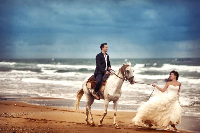 sina_demiral_trash_thdress - Plajda ve atlarla gelin damat fotoğrafı