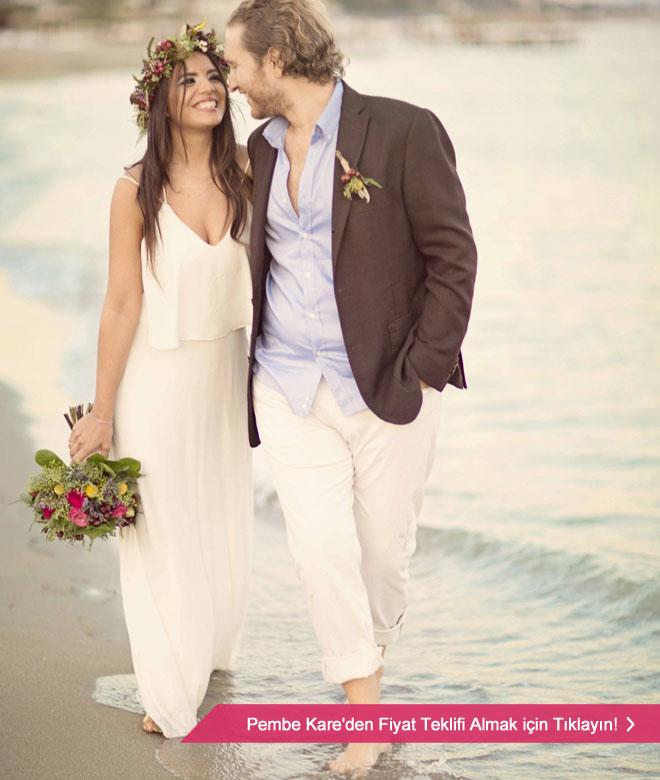 Kumsalda, çıplak ayaklarınızla, deniz kenarında romantik bir yürüyüş