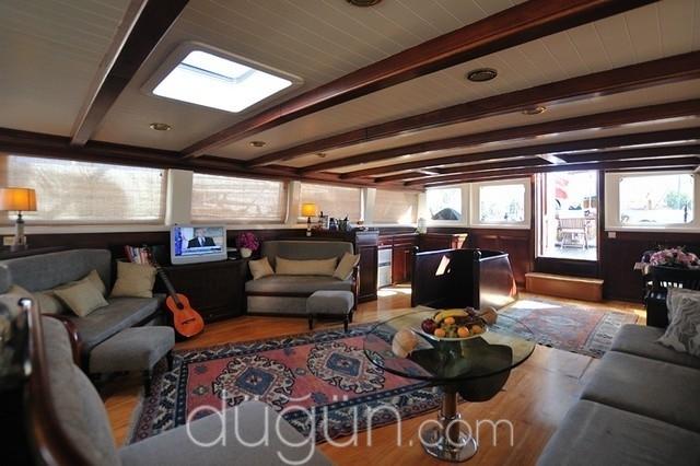 Motif Yacht
